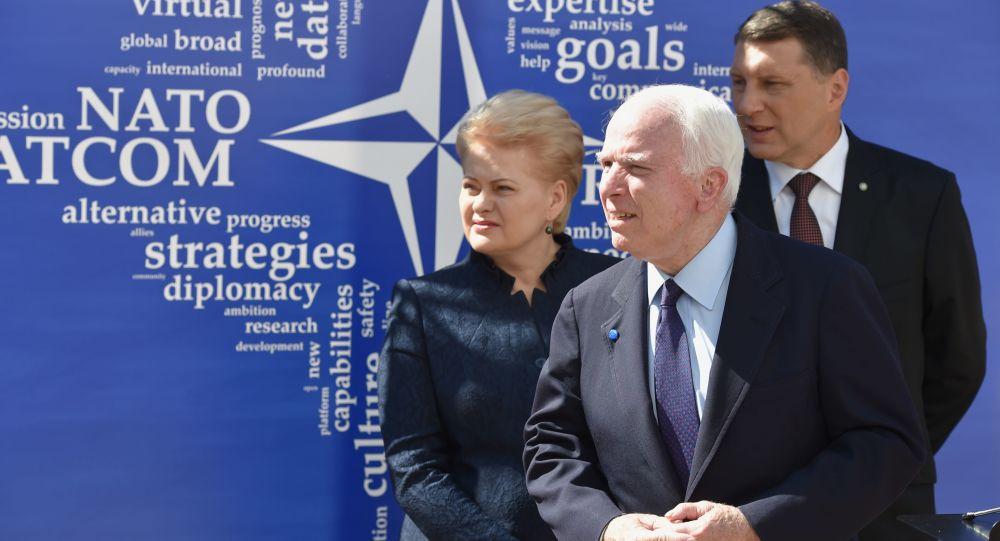 Latvias president Raimonds Vējonis, John McCain, Litauens president Dalia Grybauskaitė